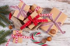 Regalos para la Navidad o las tarjetas del día de San Valentín en bolso del yute y ramas spruce Fotos de archivo libres de regalías