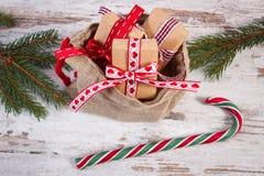 Regalos para la Navidad o las tarjetas del día de San Valentín en bolso del yute y ramas spruce Imagenes de archivo