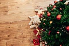 Regalos para la Navidad puesta al lado de un árbol de navidad Fotos de archivo libres de regalías