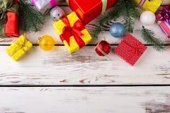 Regalos para los amigos y la familia por días de fiesta de la Navidad Imágenes de archivo libres de regalías