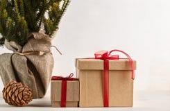 Regalos por Año Nuevo o la Navidad Foto de archivo libre de regalías