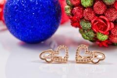 Regalos por Año Nuevo - pendientes de oro Imagen de archivo