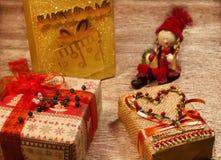 Regalos por el Año Nuevo en la tabla Imágenes de archivo libres de regalías