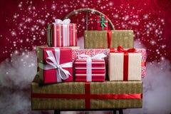 Regalos por los días de fiesta, la Navidad, aniversario Fotografía de archivo libre de regalías