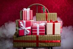 Regalos por los días de fiesta, la Navidad, aniversario Fotos de archivo