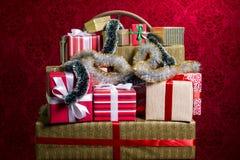 Regalos por los días de fiesta, la Navidad, aniversario Foto de archivo libre de regalías