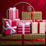 Regalos por los días de fiesta, la Navidad, aniversario en la parte posterior hermosa del rojo Foto de archivo