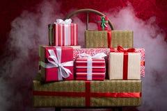 Regalos por los días de fiesta, la Navidad, aniversario en vagos rojos hermosos Foto de archivo libre de regalías