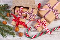 Regalos por tiempo de la Navidad o de las tarjetas del día de San Valentín en bolso del yute y ramas spruce Imagen de archivo libre de regalías