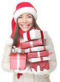 Regalos que llevan de la mujer de la Navidad Imágenes de archivo libres de regalías