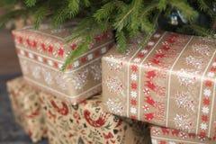 Regalos respetuosos del medio ambiente del Año Nuevo debajo de un árbol de abeto Foto de archivo