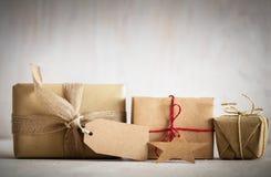 Regalos retros rústicos, actuales cajas con la etiqueta Tiempo de la Navidad, abrigo del papel del eco Fotos de archivo libres de regalías