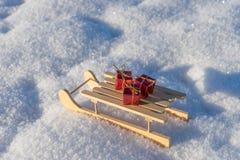 Regalos rojos en el trineo en la nieve Fotografía de archivo libre de regalías
