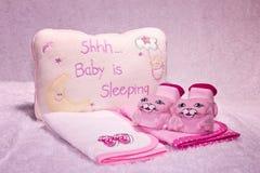 Regalos rosados para una muchacha recién nacida Fotografía de archivo