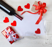 Regalos, vino, dos vidrios, corazones y una hoja para el texto en el ¾ Ð'арки, ¾ del ½ Ð del ² иРde Ð, ¾ каД а, ‡ ки  Imagen de archivo