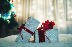 Regalos y árbol de la Navidad Foto de archivo libre de regalías