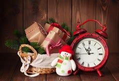 Regalos y árbol de la Navidad con el despertador y el muñeco de nieve Fotos de archivo libres de regalías