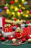 Regalos y árbol de navidad de la Navidad imagen de archivo