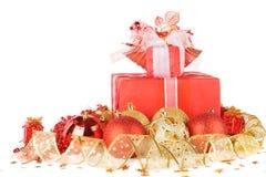 Regalos y bolas de la Navidad con la cinta del oro Fotos de archivo
