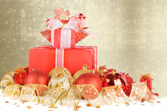Regalos y bolas de la Navidad con la cinta del oro Foto de archivo libre de regalías