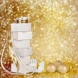 Regalos y bolas de la Navidad con la cinta del oro Imágenes de archivo libres de regalías