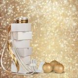 Regalos y bolas de la Navidad con la cinta del oro Foto de archivo