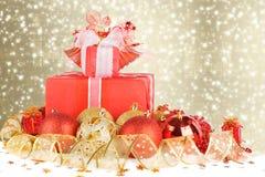 Regalos y bolas de la Navidad con la cinta del oro Imagenes de archivo