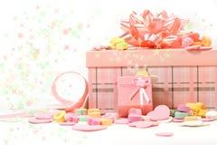 Regalos y caramelos para el día de tarjeta del día de San Valentín Imagen de archivo
