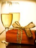Regalos y champán de la Navidad Imágenes de archivo libres de regalías