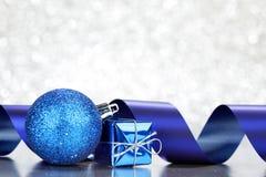 Regalos y decoraciones de la Navidad Foto de archivo libre de regalías