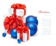 Regalos y decoraciones de la Navidad Imagen de archivo libre de regalías