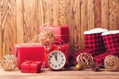Regalos y decoraciones de la Navidad Concepto de los días de fiesta de la Navidad y del Año Nuevo Despertador retro en fondo de l fotografía de archivo