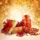 Regalos y decoraciones de la Navidad en oro y rojo Foto de archivo