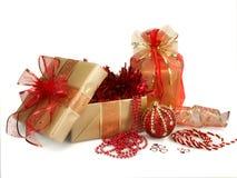 Regalos y decoraciones de la Navidad en oro y rojo Fotos de archivo libres de regalías