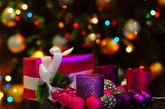 regalos y decoraciones por la Navidad y el Año Nuevo Fotos de archivo libres de regalías