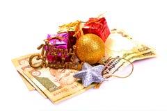 Regalos y dinero de la Navidad Fotografía de archivo libre de regalías