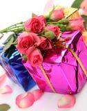 Regalos y flores Imagen de archivo libre de regalías