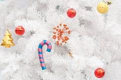 Regalos y juguetes coloridos en el árbol de navidad blanco Foto de archivo