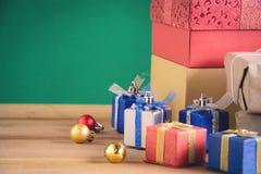 Regalos y juguetes en los tableros de madera Fotos de archivo libres de regalías