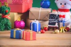 Regalos y juguetes en los tableros de madera Imágenes de archivo libres de regalías