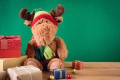 Regalos y juguetes en los tableros de madera Foto de archivo