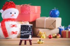 Regalos y juguetes en los tableros de madera Fotografía de archivo libre de regalías
