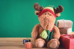 Regalos y juguetes en los tableros de madera Foto de archivo libre de regalías