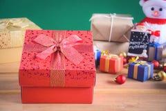 Regalos y juguetes en los tableros de madera Imagen de archivo libre de regalías