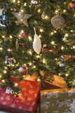 Regalos y luces de la Navidad imagen de archivo libre de regalías