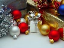 Regalos y ornamentos Foto de archivo libre de regalías