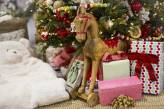 Regalos y presentes por debajo un árbol de navidad Imágenes de archivo libres de regalías