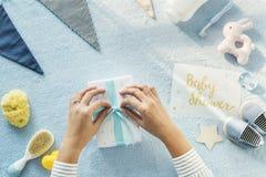 Regalos y sorpresas de la fiesta de bienvenida al bebé Foto de archivo libre de regalías