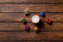 Regalos y taza de café Foto de archivo libre de regalías