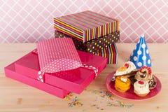 Regalos y tortas de cumpleaños Fotografía de archivo